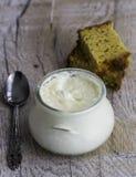 Ciotola di yogurt e di pane sulla tavola di legno Fotografie Stock