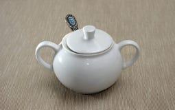 Ciotola di zucchero bianca della porcellana con il coperchio ed il cucchiaio Immagini Stock Libere da Diritti