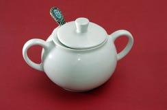 Ciotola di zucchero bianca della porcellana con il coperchio ed il cucchiaio Fotografie Stock