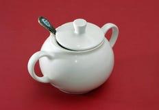 Ciotola di zucchero bianca della porcellana con il coperchio ed il cucchiaio Fotografia Stock