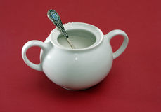 Ciotola di zucchero bianca della porcellana con un cucchiaio immagine stock libera da diritti