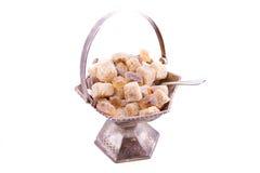 Ciotola di zucchero da metallo con le fette di zucchero a lamella Fotografia Stock
