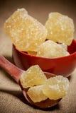 Ciotola di zucchero marrone della roccia Fotografie Stock