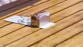 Ciotola di zucchero su una tavola di legno in un ristorante fotografia stock