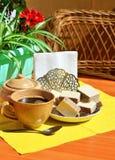 Ciotola di zucchero, tazza con tè e sauser con le cialde sulla tavola immagini stock libere da diritti