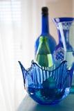 Ciotola e vasi blu su uno scaffale Fotografia Stock