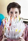 Ciotola felice del cucchiaio della tenuta del ragazzo nel negozio di gelato immagini stock libere da diritti