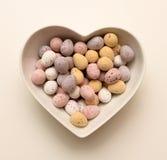 Ciotola a forma di del cuore delle uova di cioccolato Fotografia Stock