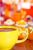 Ciotola gialla con il succo dell'America latina saporito tradizionale della bacca di morada di colada, simbolizzante sangue da qu Fotografie Stock