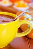 Ciotola gialla con il succo dell'America latina saporito tradizionale della bacca di morada di colada, simbolizzante sangue da qu Immagine Stock
