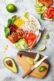 Ciotola messicana casalinga del burrito del pollo con riso, fagioli, cereale, pomodoro, avocado, spinaci Ciotola del pranzo dell' fotografie stock libere da diritti