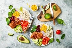 Ciotola messicana casalinga del burrito del pollo con riso, fagioli, cereale, pomodoro, avocado, spinaci Ciotola del pranzo dell' Immagini Stock