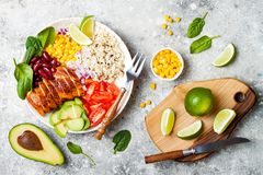 Ciotola messicana casalinga del burrito del pollo con riso, fagioli, cereale, pomodoro, avocado, spinaci Ciotola del pranzo dell' Fotografia Stock Libera da Diritti