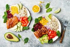 Ciotola messicana casalinga del burrito del pollo con riso, fagioli, cereale, pomodoro, avocado, spinaci Ciotola del pranzo dell' fotografie stock