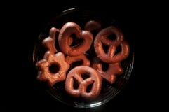 Ciotola nera riempita di biscotti del cioccolato in varie forme immagine stock libera da diritti