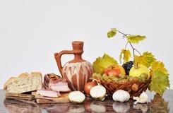 Ciotola, pancetta affumicata e frutta di ceramica Fotografia Stock