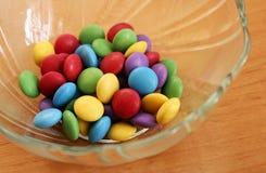 Ciotola in pieno di caramelle di cioccolato saporite variopinte Fotografia Stock Libera da Diritti