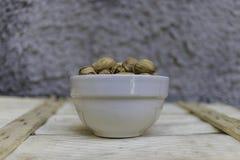 Ciotola in pieno di pistacchi siciliani deliziosi Fotografia Stock Libera da Diritti