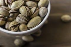 Ciotola in pieno di pistacchi siciliani deliziosi Immagine Stock Libera da Diritti