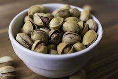 Ciotola in pieno di pistacchi siciliani deliziosi Immagini Stock Libere da Diritti
