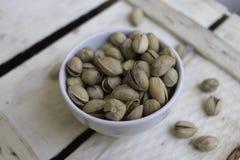 Ciotola in pieno di pistacchi siciliani deliziosi Fotografia Stock