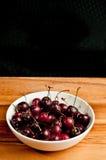 Ciotola rotonda bianca di ciliege organiche Immagini Stock Libere da Diritti