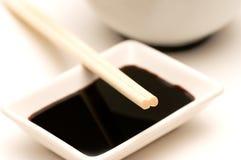 Ciotola, salsa di soia e bacchette Immagine Stock