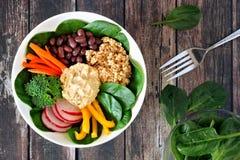 Ciotola sana del pranzo con la quinoa, hummus, verdure miste, sopra legno rustico Fotografia Stock Libera da Diritti