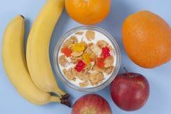 Ciotola sana della prima colazione di cibo di muesli bassi di calorie con i frutti Fotografia Stock Libera da Diritti