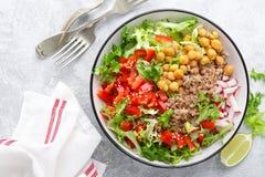 Ciotola sana e deliziosa con grano saraceno ed insalata del cece, del pepe fresco e delle foglie della lattuga A foo basato a pia fotografie stock libere da diritti