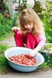 Ciotola sorridente della tenuta della ragazza di fragole Fotografia Stock Libera da Diritti