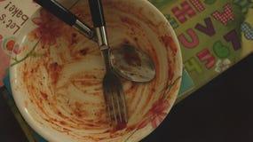 Ciotola sporca con la forchetta ed il cucchiaio fotografia stock