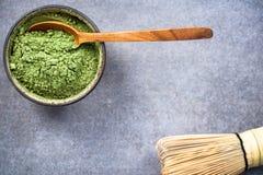Ciotola tradizionale con la polvere verde del t? di Matcha fotografia stock