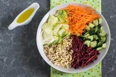 Ciotola vegetariana del pranzo con i fagioli verdi germogliati e il vegetab fresco Fotografia Stock Libera da Diritti