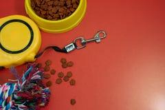 Ciotole con alimento e la corda asciutti per il morso, guinzaglio automatico fotografie stock