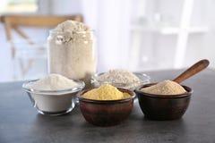 Ciotole con differenti tipi di farine Immagini Stock