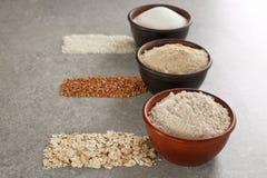 Ciotole con differenti tipi di farine Fotografie Stock Libere da Diritti