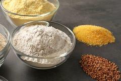 Ciotole con differenti tipi di farine Immagine Stock