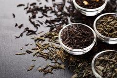 Ciotole con differenti tipi di tè Fotografia Stock