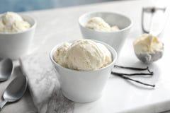 Ciotole con gelato alla vaniglia saporito immagine stock libera da diritti