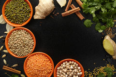 Ciotole con i legumi e le spezie indiane, fresco e secco sulla b nera Fotografie Stock
