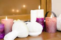 Ciotole di erbe di massaggio tailandese Immagine Stock