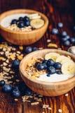 Ciotole di Granola, di banana, di mirtillo e di yogurt Fotografia Stock