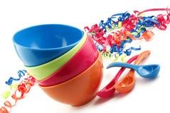 Ciotole di plastica colorate impilate del partito fotografie stock