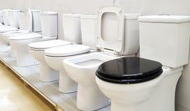 Ciotole di toilette da vendere fotografia stock