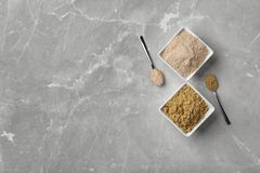 Ciotole e cucchiai con differenti tipi di farine Immagini Stock