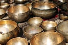 Ciotole tibetane di canto ad un mercato Fotografia Stock