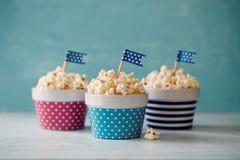 Ciotole variopinte di popcorn Immagine Stock