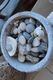 Ciottoli del mare in un vaso di fiore immagini stock libere da diritti