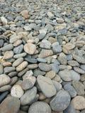 Ciottoli della spiaggia in un giorno nuvoloso fotografie stock